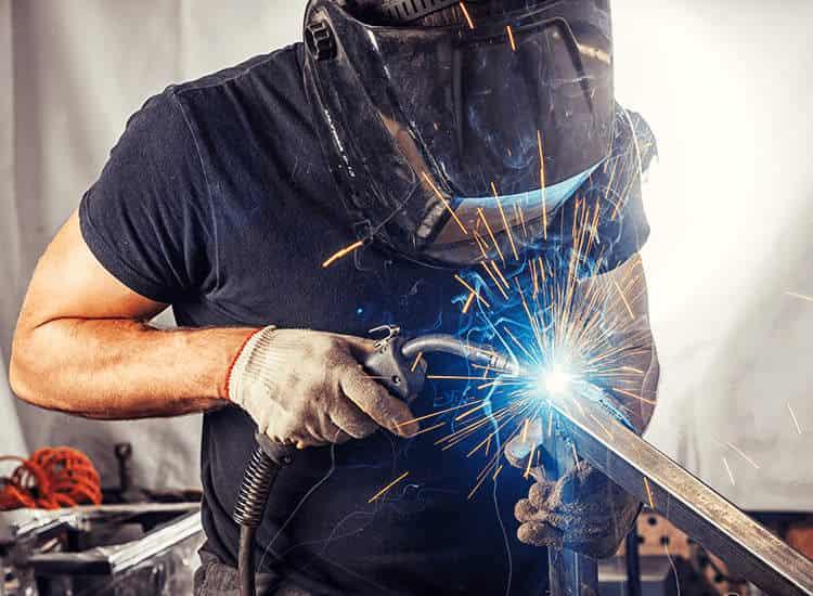 """ผลการค้นหารูปภาพสำหรับ Side view of young male welder"""""""